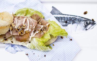 Mézes-szarvasgombás sonkás szendvics